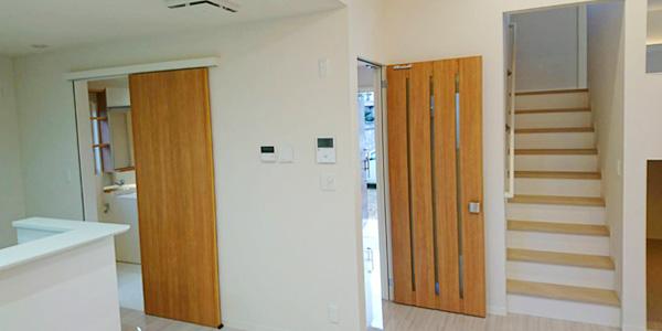 二階に続く階段、ドアの写真